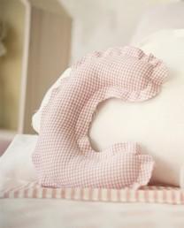 Cojín con forma de letra rosa